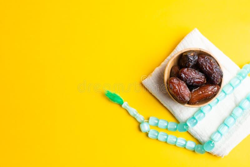 Ramadan Kareem festiwal, daty przy pucharem z różanem na żółtym tle fotografia stock