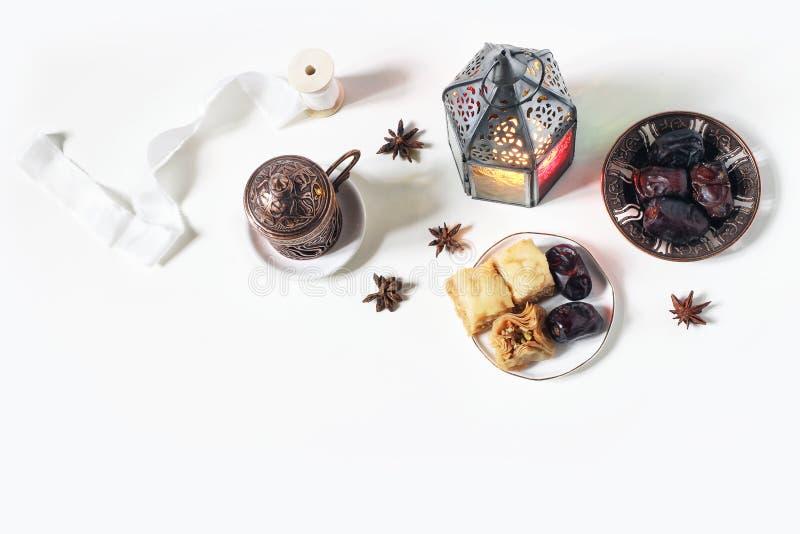 Ramadan Kareem-groetkaart, uitnodiging Bronsplaat met datafruit, baklavagebakje, koffiekop, gloeiende lantaarn  stock afbeelding