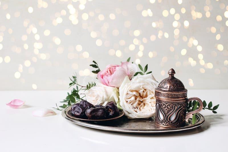 Ramadan Kareem-groetkaart, uitnodiging Iftardiner De moslimbanner van Eid ul Adha Plaat met datafruit, bronskoffie stock afbeelding
