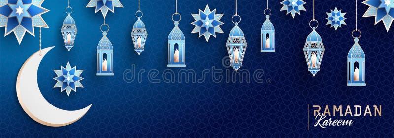 Ramadan Kareem horyzontalny sztandar z arabeskiem, tradycyjnymi lampionami, półksiężyc i gwiazdami na zmroku, - błękitny nocnego  ilustracja wektor