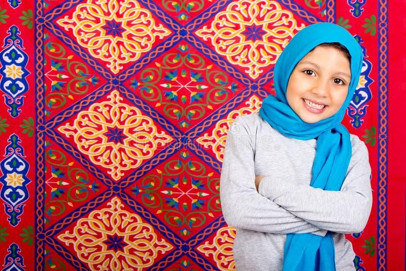 Ramadan Kareem - muchacha musulmán joven feliz que celebra el Ramadán