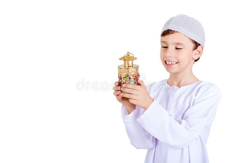 Ramadan Kareem - muchacho feliz que juega con la linterna del Ramadán