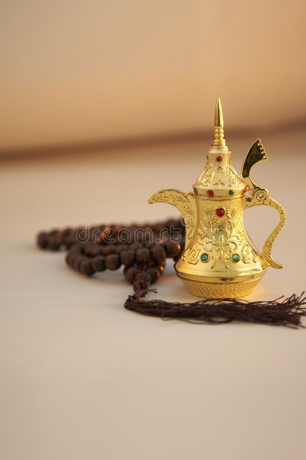 Ramadan Kareem, saludo festivo, guirnalda con el pote del t? fotografía de archivo