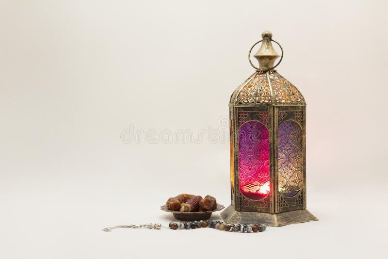 Ramadan Kareem: Samlingen av lyktan med data och radband, u kan använda den som hälsningkort royaltyfri foto