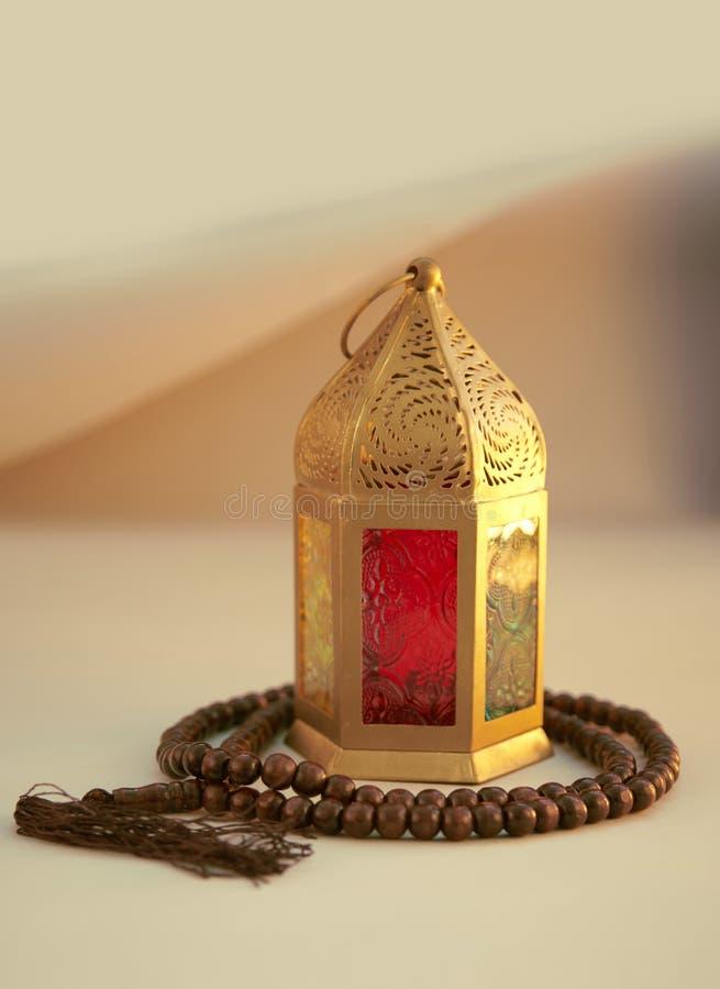 Ramadan Kareem, ?wi?teczny powitanie, girlanda z Herbacianym garnkiem obraz royalty free