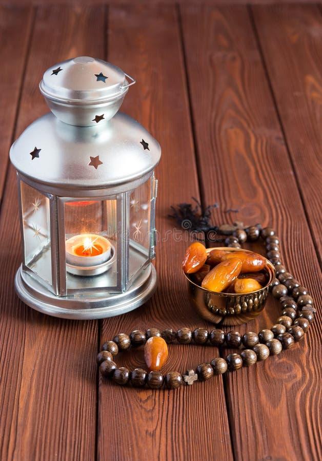 Ramadan-Lampen- und -datumsstillleben lizenzfreies stockfoto