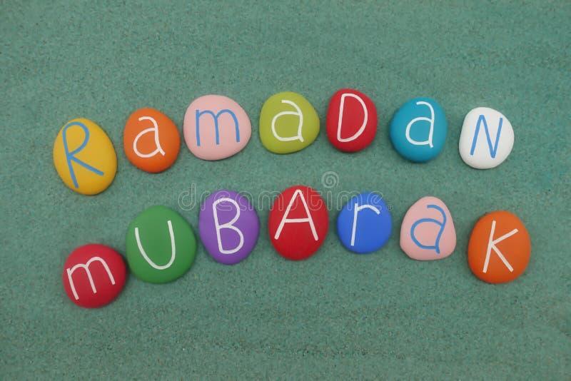 Ramadan Mubarak text, islamisk ferie som komponeras med mång- kulöra stenar stock illustrationer