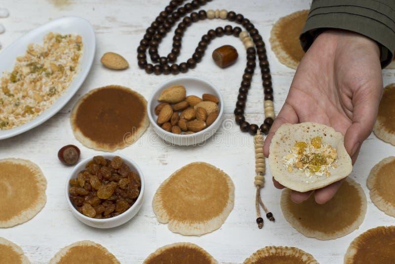 Ramadan Qatayef - femme musulmane faisant le katayef images libres de droits