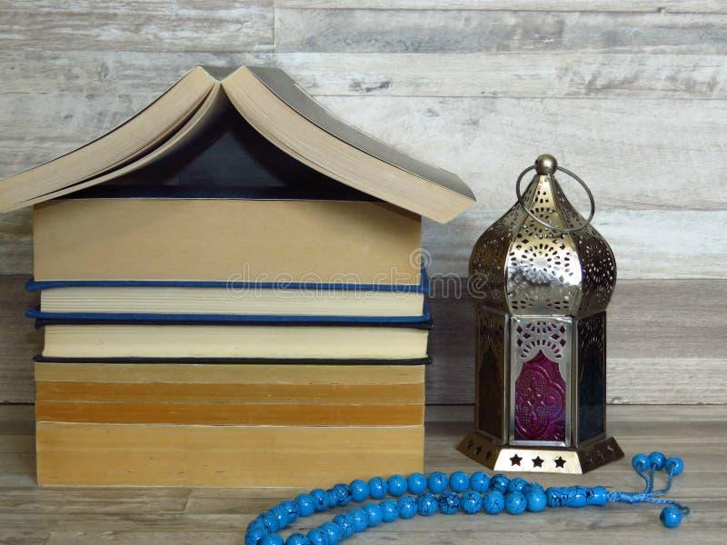 Ramadan Ramazan-Zeitfeier Ein Stapel des Hauses formte alte Bücher, silberne Ramadan-Laterne, blauer Türkis Chaplet, Sorgeperlen lizenzfreies stockbild