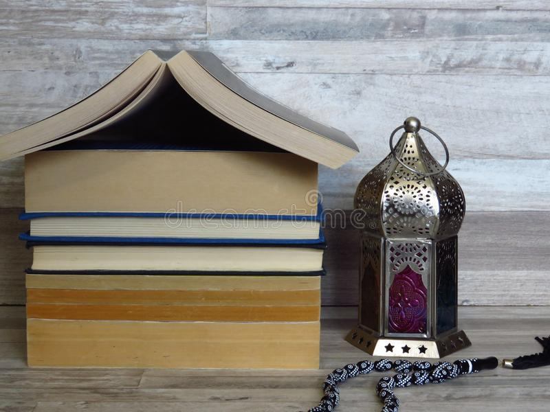 Ramadan Ramazan-Zeitfeier Ein Stapel des Hauses formte alte Bücher, silberne Ramadan-Laterne, schwarzer Chaplet, Sorgeperlen lizenzfreie stockbilder