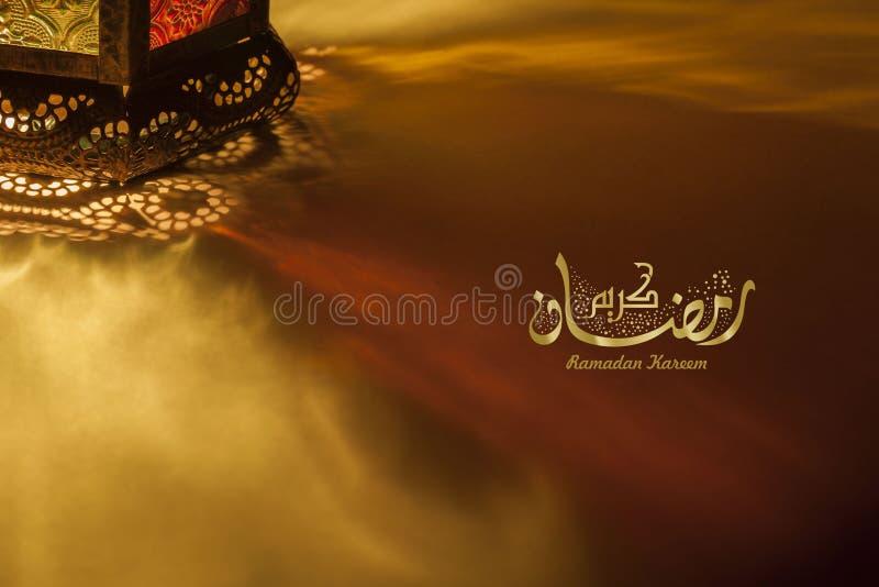 Ramadanhälsningkortet innehåller lyktan och arabiskakalligrafi arkivbilder