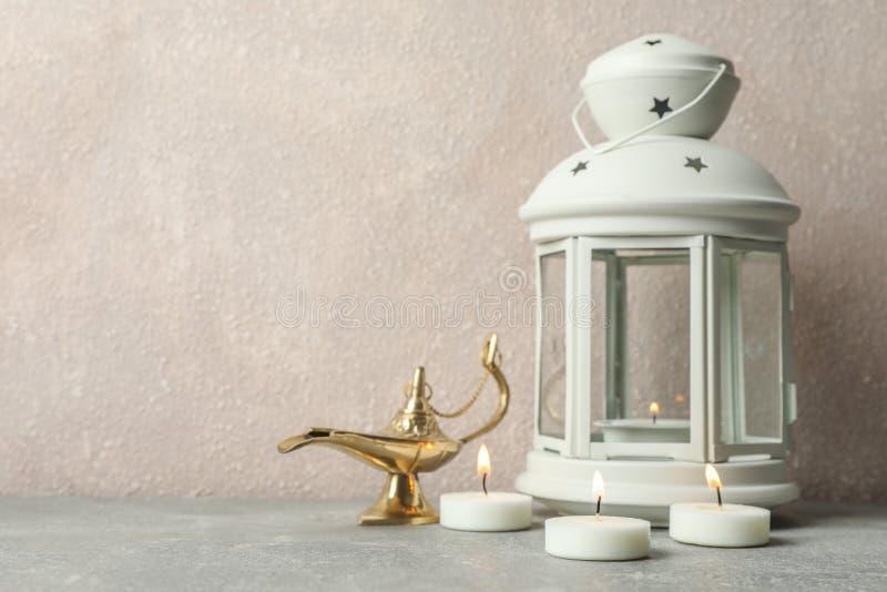 Ramadanlykta med Aladdin Lamp och stearinljus på den gråa tabellen royaltyfria bilder