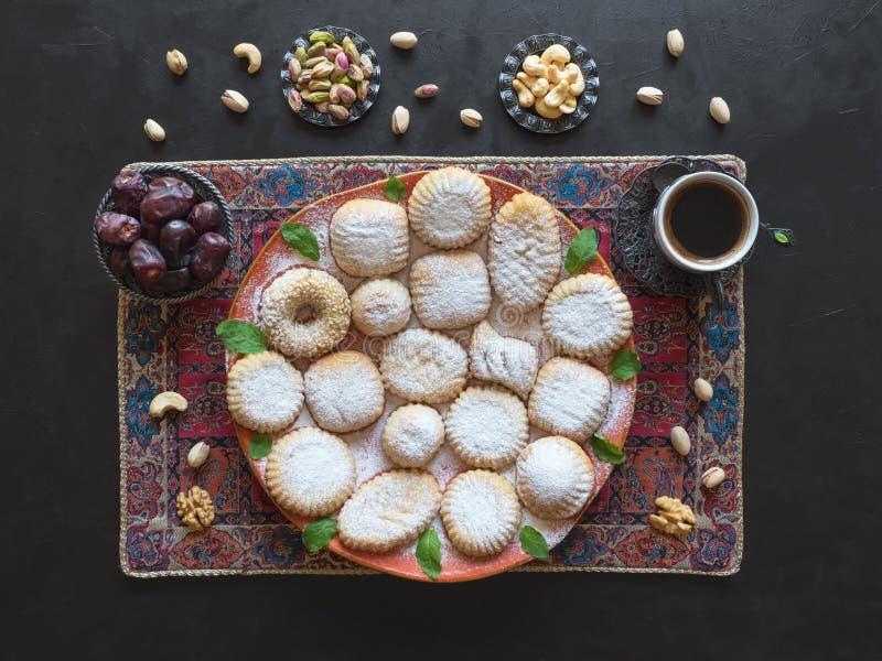 Ramadans?tsakbakgrund Kakor av kakor Maamoul för islamisk festmåltid för El Fitr arabiska arkivfoton