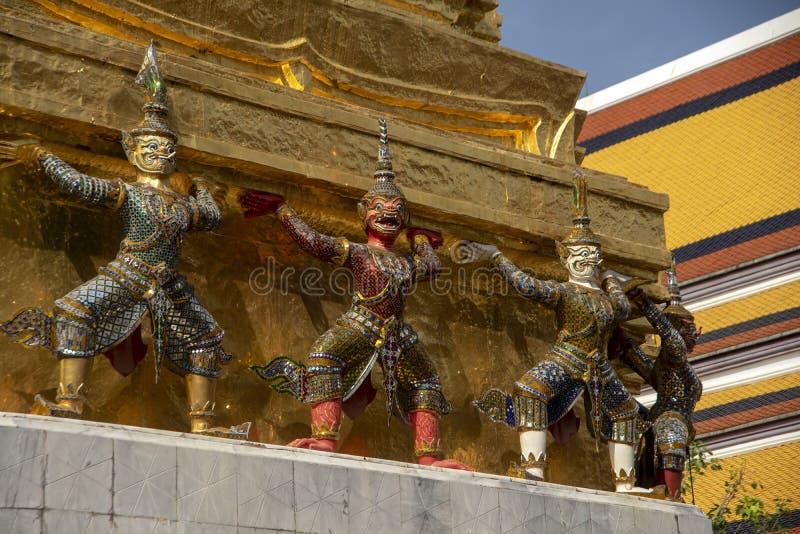 Ramakien diagram som dekorerar grunden av en guld- Chedi, tempel av Emerald Buddha arkivfoton