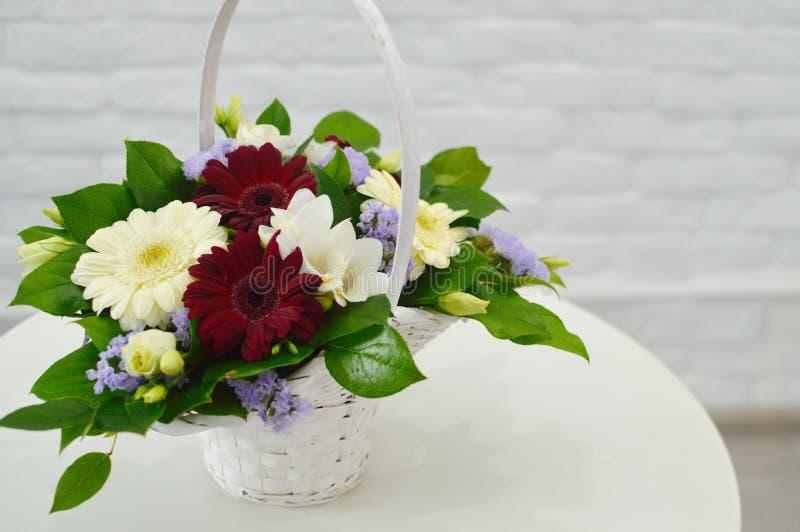 Ramalhete azul bonito das flores em uma cesta foto de stock royalty free