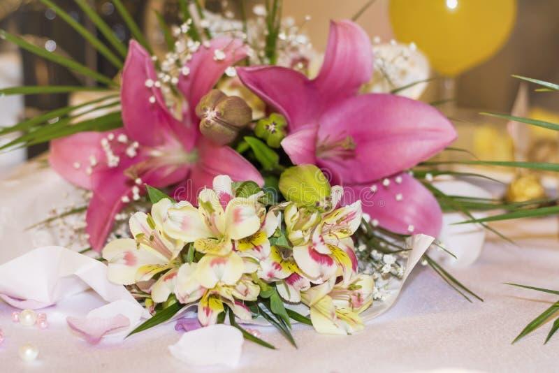 Ramalhete bonito com flores da frésia imagens de stock