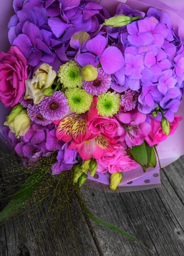 Ramalhete bonito da flor na tabela de madeira imagem de stock royalty free