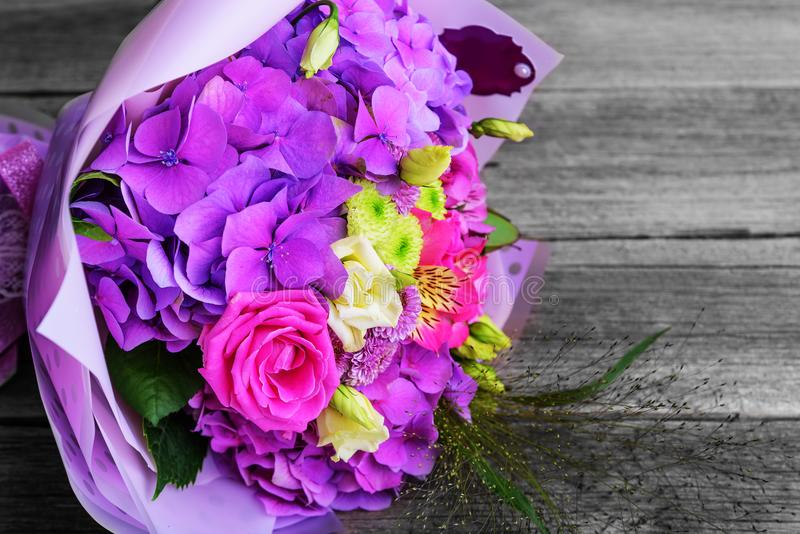 Ramalhete bonito da flor na tabela de madeira foto de stock