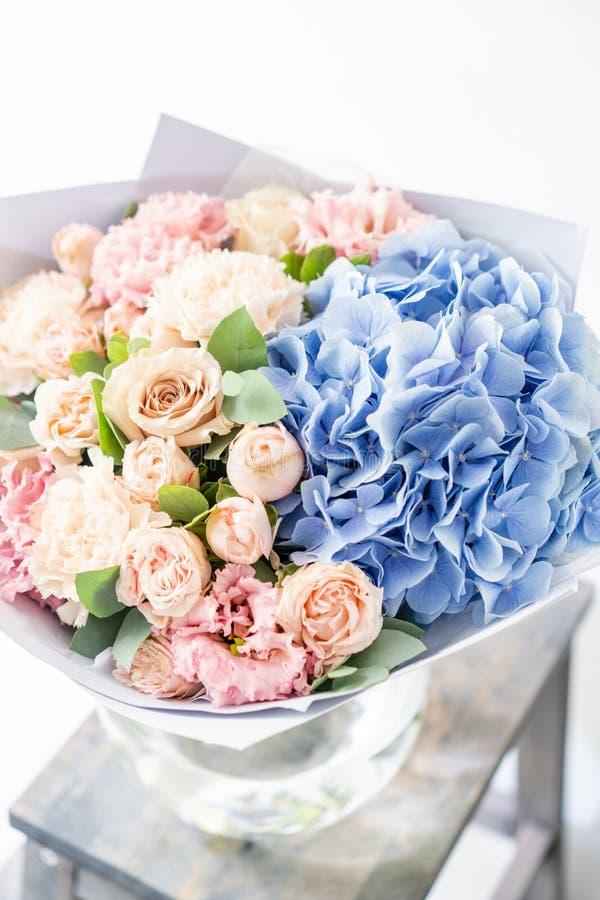 Ramalhete bonito da mola arranjo de flores com o vário das cores no vaso de vidro na tabela velha sala brilhante, parede branca imagem de stock royalty free