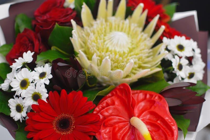 Ramalhete bonito das flores em uma caixa à moda do chapéu foto de stock royalty free