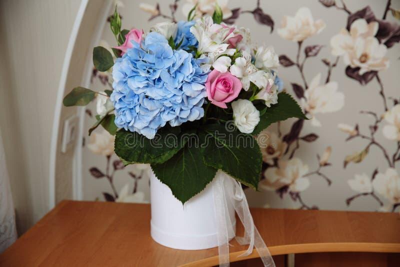 Ramalhete bonito das flores na caixa redonda fotografia de stock