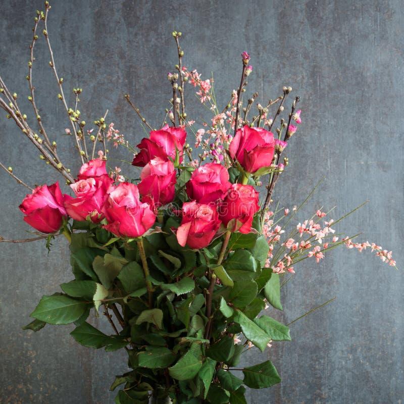 Ramalhete bonito das rosas para felicitações imagens de stock