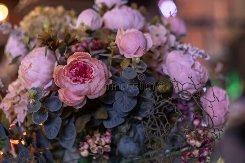 Ramalhete bonito de flores artificiais Decorações e decoração artificiais coloridas fotografia de stock