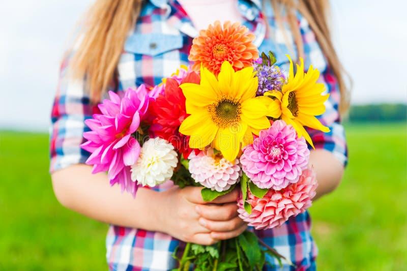 Ramalhete bonito de flores brilhantes e coloridas fotos de stock