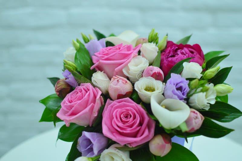 Ramalhete bonito de flores coloridas em um fim branco do fundo foto de stock