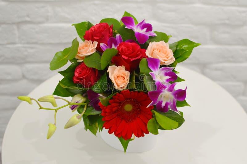Ramalhete bonito de flores coloridas em um fim branco do fundo fotografia de stock royalty free