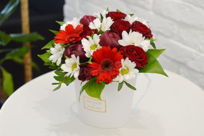 Ramalhete bonito de flores coloridas em um fim branco do fundo imagens de stock