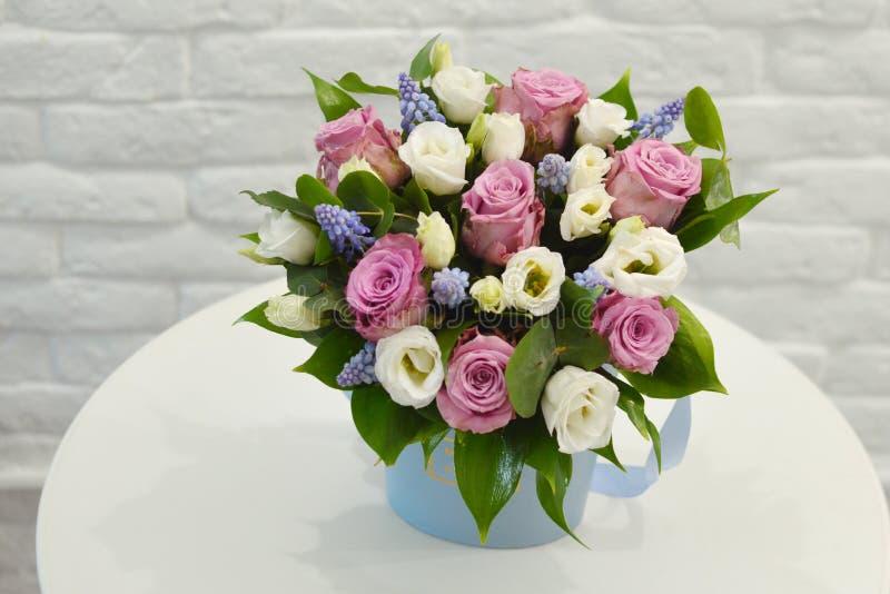 Ramalhete bonito de flores coloridas em um fim branco do fundo imagem de stock royalty free