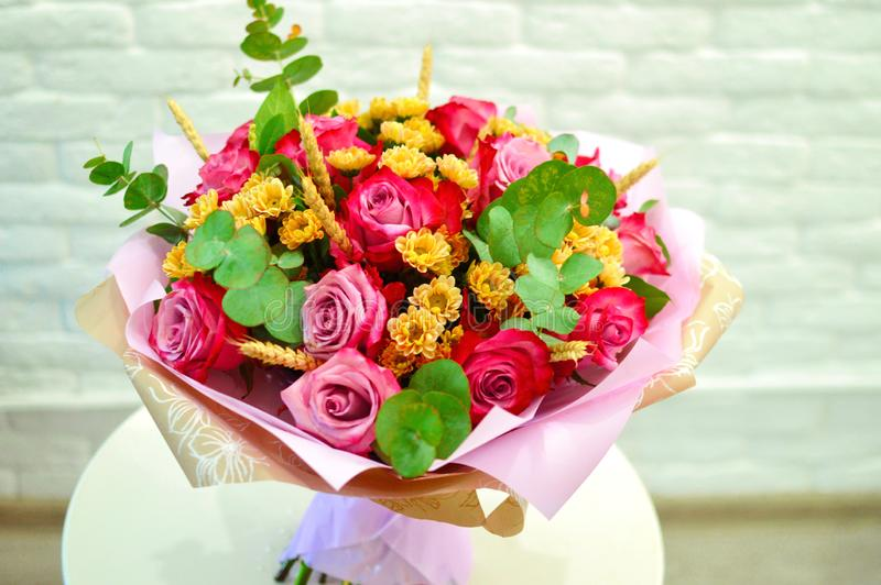 Ramalhete bonito de flores cor-de-rosa em um fim branco do fundo fotografia de stock royalty free