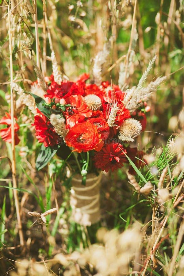 Ramalhete bonito de flores frescas e secas foto de stock