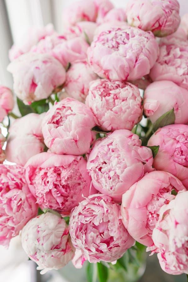 Ramalhete bonito de peônias cor-de-rosa Composição floral, luz do dia wallpaper Flores bonitas no vaso de vidro imagens de stock
