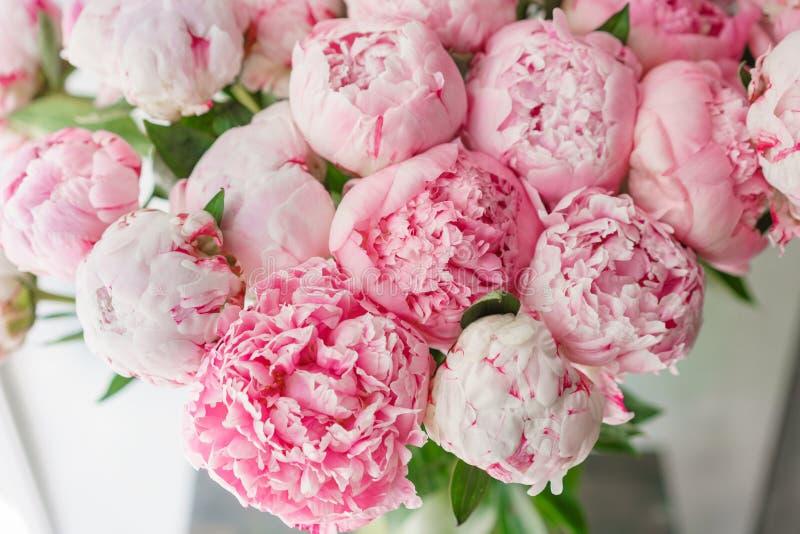 Ramalhete bonito de peônias cor-de-rosa Composição floral, luz do dia wallpaper Flores bonitas no vaso de vidro fotografia de stock royalty free