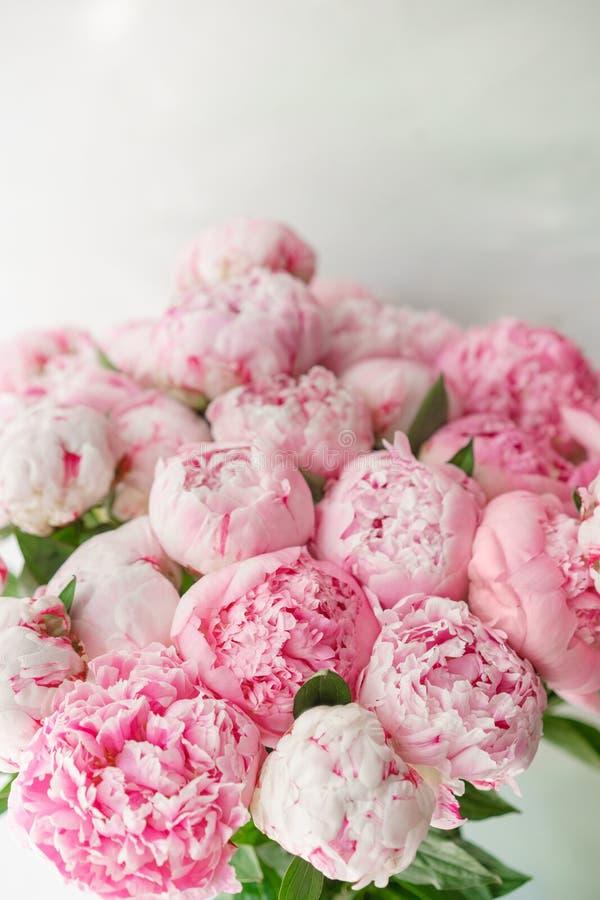Ramalhete bonito de peônias cor-de-rosa Composição floral, luz do dia wallpaper Flores bonitas no vaso de vidro fotos de stock royalty free