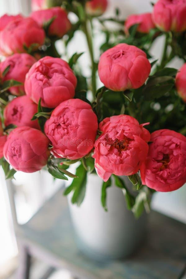 Ramalhete bonito de peônias vermelhas Composição floral, luz do dia wallpaper Flores bonitas no vaso de vidro imagem de stock royalty free