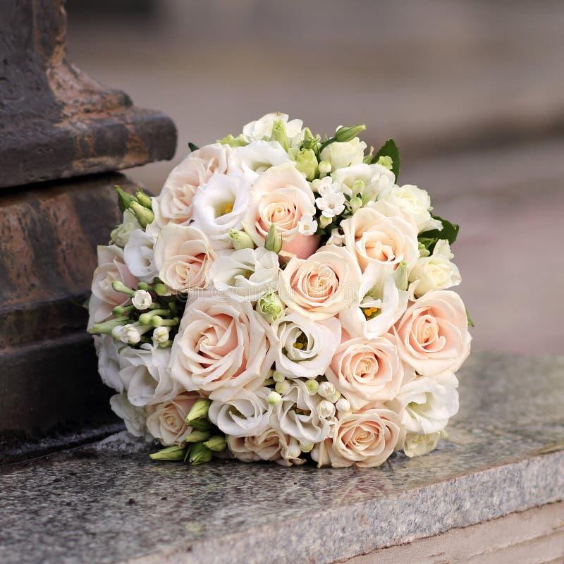 Ramalhete bonito do casamento com rosas foto de stock royalty free