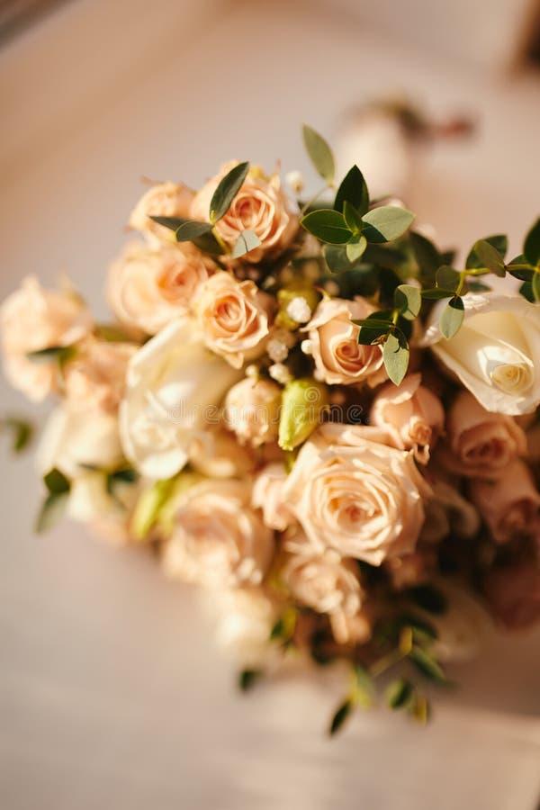 Ramalhete bonito do casamento, casamento floristry Noiva à moda do ramalhete do casamento Vista lateral Decora??o do casamento foto de stock