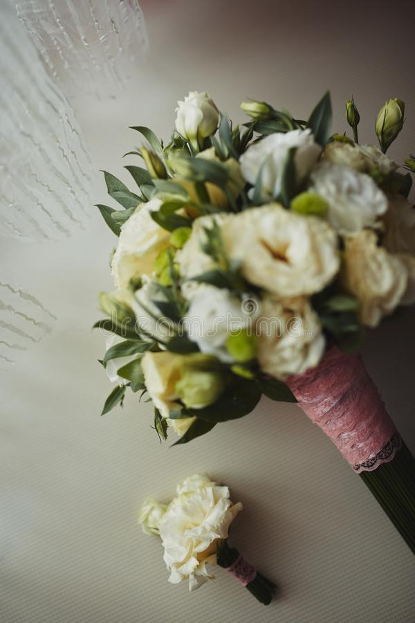 Ramalhete bonito do casamento, casamento floristry Noiva à moda do ramalhete do casamento Vista lateral Decora??o do casamento imagens de stock royalty free