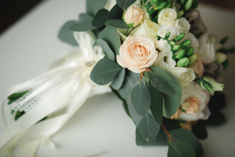 Ramalhete bonito do casamento, casamento floristry Noiva à moda do ramalhete do casamento Vista lateral Decora??o do casamento foto de stock royalty free