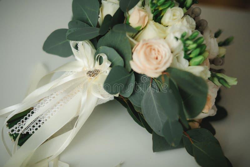 Ramalhete bonito do casamento, casamento floristry Noiva à moda do ramalhete do casamento Vista lateral Decora??o do casamento imagem de stock royalty free