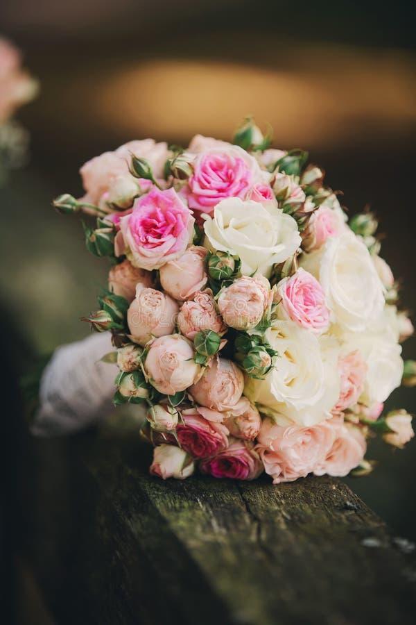 Ramalhete bonito do casamento, casamento floristry Noiva à moda do ramalhete do casamento Vista lateral Decora??o do casamento fotos de stock royalty free