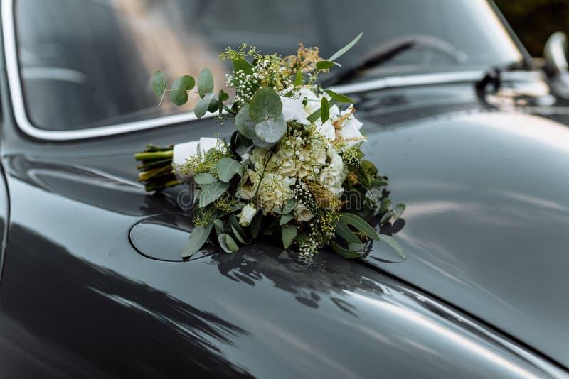 Ramalhete bonito do casamento, casamento floristry Noiva à moda do ramalhete do casamento Vista lateral Decora??o do casamento fotografia de stock royalty free