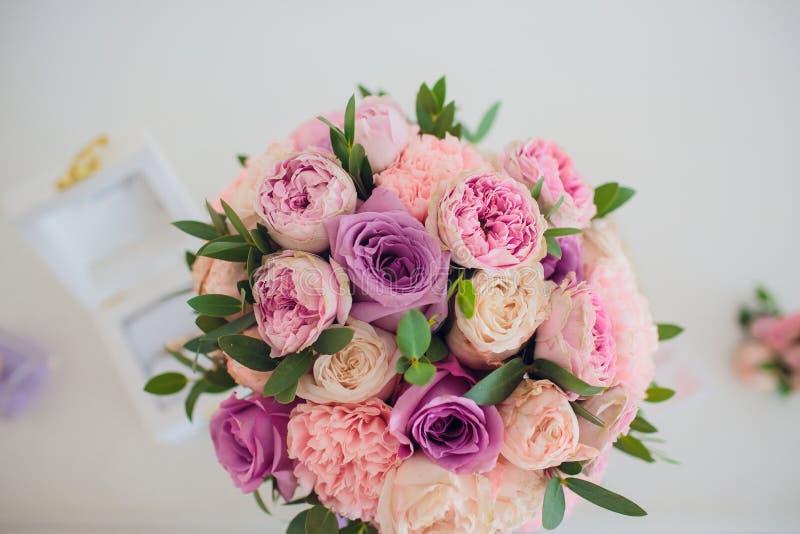 Ramalhete bonito do casamento nas mãos do ` s da noiva Hortênsia, eustoma, rosas no ramalhete da noiva imagem de stock