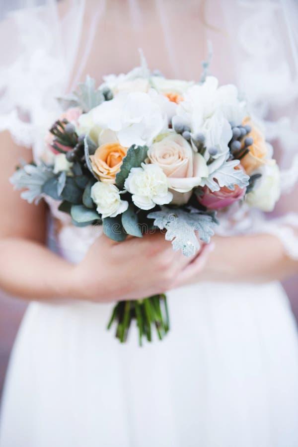 Ramalhete bonito do casamento para a noiva Ramalhete do casamento da noiva à disposição fotografia de stock