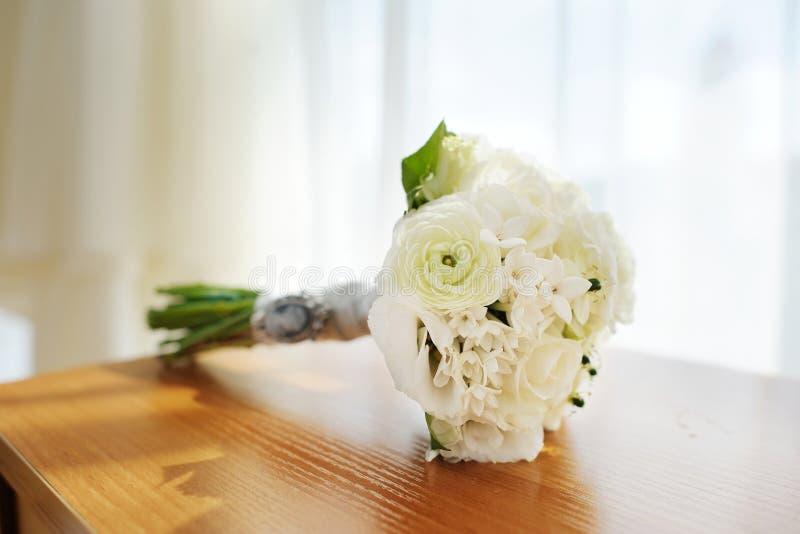 Ramalhete bonito do casamento que coloca em uma tabela fotografia de stock