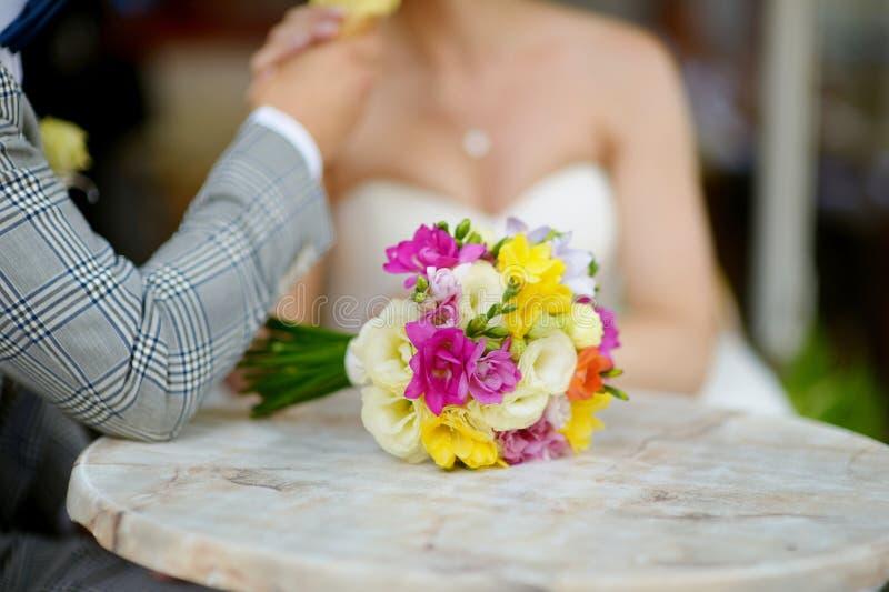 Ramalhete bonito do casamento que coloca em uma tabela fotos de stock royalty free