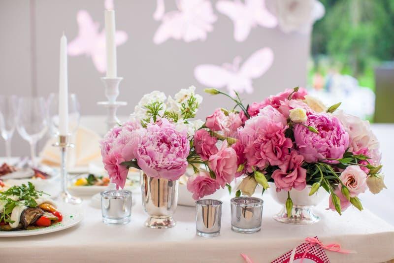 Ramalhete brilhante bonito da peônia no casamento fotografia de stock